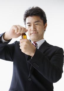 栄養ドリンクを飲む男性の写真素材 [FYI03037639]