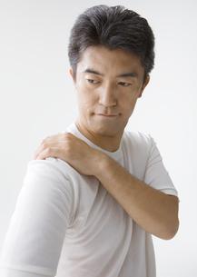 肩に手をあてる男性の写真素材 [FYI03037642]