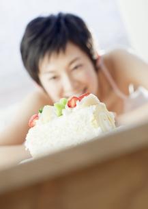 ケーキを見つめる女性の写真素材 [FYI03037706]