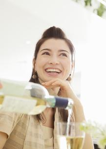 笑顔の女性の写真素材 [FYI03037938]