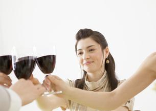 乾杯をする女性の写真素材 [FYI03037980]