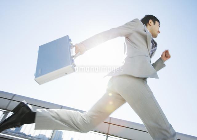 走るビジネスマンの写真素材 [FYI03038262]