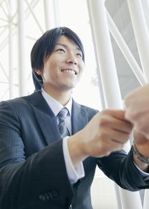 名刺交換をするビジネスマンの写真素材 [FYI03038286]