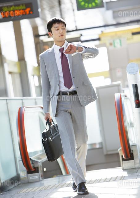 腕時計を見るビジネスマンの写真素材 [FYI03038319]