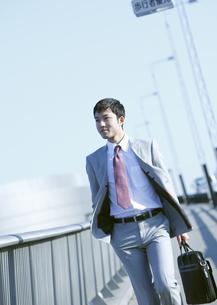 歩くビジネスマンの写真素材 [FYI03038325]