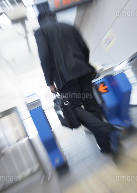 改札を通るビジネスマンの写真素材 [FYI03038327]