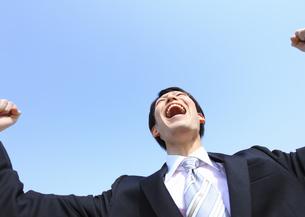 ガッツポーズをするビジネスマンの写真素材 [FYI03038374]