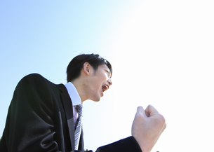 ガッツポーズをするビジネスマンの写真素材 [FYI03038375]
