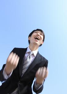 ガッツポーズをするビジネスマンの写真素材 [FYI03038378]