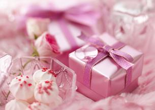 ギフトボックスとメレンゲ菓子の写真素材 [FYI03038532]