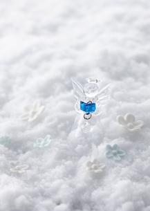天使の置物とシュガーフラワーの写真素材 [FYI03038537]