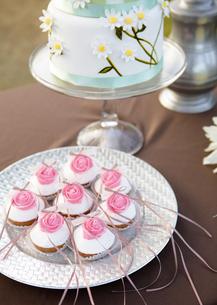 ウェディングケーキとミニケーキの写真素材 [FYI03038825]