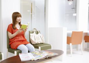 本を読む若い女性の写真素材 [FYI03038841]