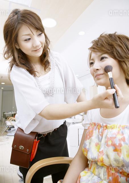メイクをされる若い女性の写真素材 [FYI03038870]