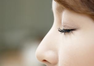目を瞑る若い女性の写真素材 [FYI03038875]