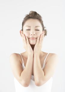 目を瞑る若い女性の写真素材 [FYI03038922]