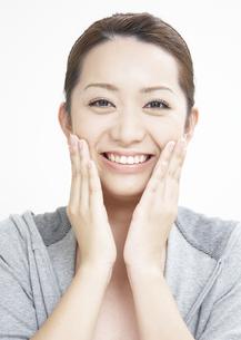 笑顔の若い女性の写真素材 [FYI03038961]