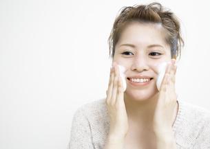 洗顔をする若い女性の写真素材 [FYI03038971]