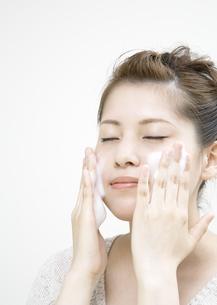 洗顔をする若い女性の写真素材 [FYI03038975]