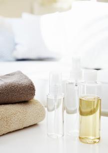化粧水とタオルの写真素材 [FYI03038984]