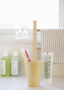 歯ブラシとコップの写真素材 [FYI03038985]