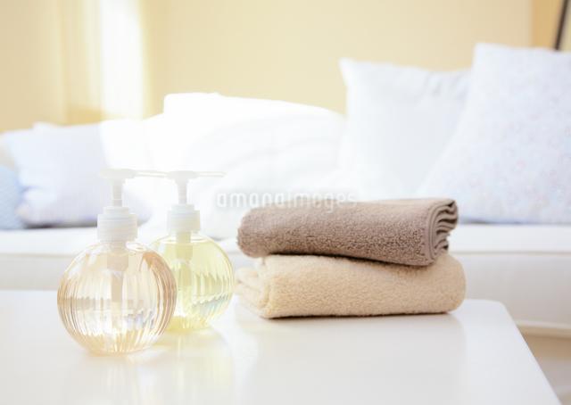 化粧水とタオルの写真素材 [FYI03038986]