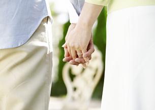 手をつなぐ夫婦の写真素材 [FYI03039044]