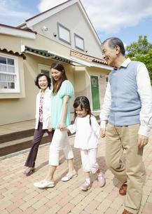 散歩をする三世代家族の写真素材 [FYI03039079]