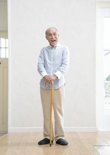 杖をつくシニア男性の写真素材 [FYI03039148]