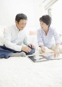 アルバムを見るシニア夫婦の写真素材 [FYI03039201]