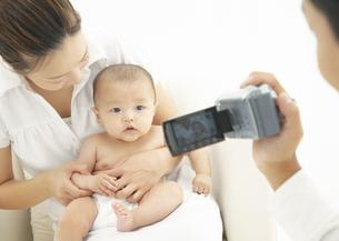 ビデオを撮る親子の写真素材 [FYI03039276]