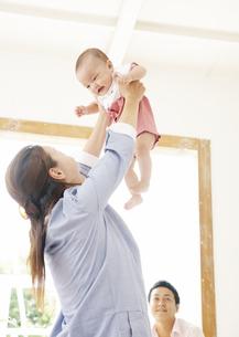 赤ちゃんを抱き上げる母親の写真素材 [FYI03039283]