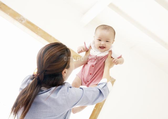 赤ちゃんを抱き上げる母親の写真素材 [FYI03039288]