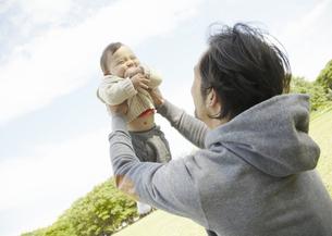 赤ちゃんを抱き上げる父親の写真素材 [FYI03039295]