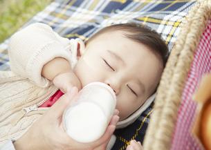 ミルクを飲む赤ちゃんの写真素材 [FYI03039302]