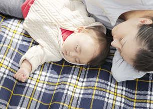 眠る母親と赤ちゃんの写真素材 [FYI03039311]