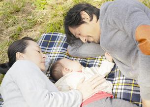 眠る親子の写真素材 [FYI03039316]