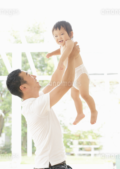 親子のふれあいの写真素材 [FYI03039379]