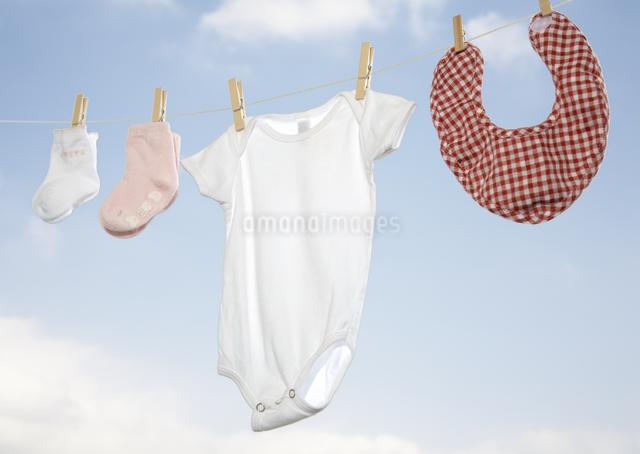 洗濯したベビー服の写真素材 [FYI03039398]
