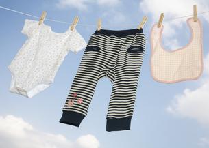 洗濯したベビー服の写真素材 [FYI03039400]
