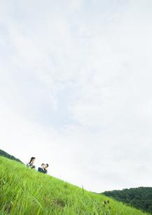 草原の家族の写真素材 [FYI03039601]