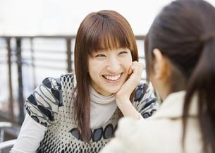 会話する女性の写真素材 [FYI03039726]