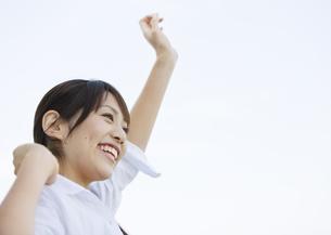 伸びをする女性の写真素材 [FYI03039758]