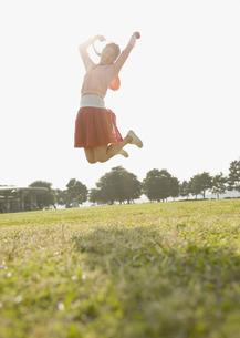 ジャンプする女性の写真素材 [FYI03039783]