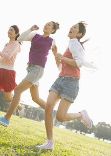 公園で走る女性の写真素材 [FYI03039801]