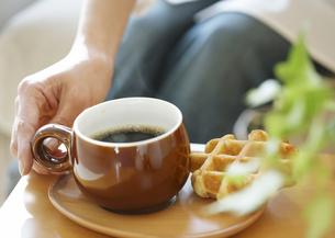 コーヒーとワッフルの写真素材 [FYI03040010]