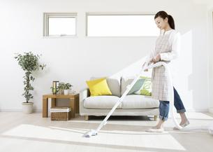 掃除機をかける女性の写真素材 [FYI03040014]