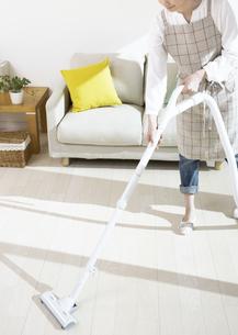 掃除機をかける女性の写真素材 [FYI03040017]