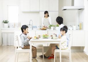 食事をする親子の写真素材 [FYI03040077]