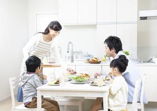 朝食を食べる親子の写真素材 [FYI03040078]